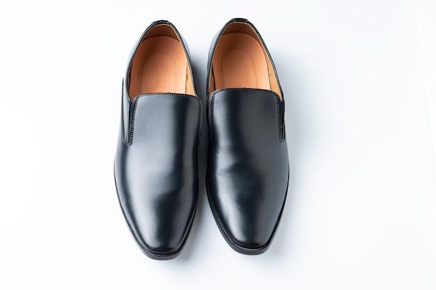 Ein paar schwarze loafer-schuhe isoliert, für männermode mit schatten isoliertem weißem hintergrund white
