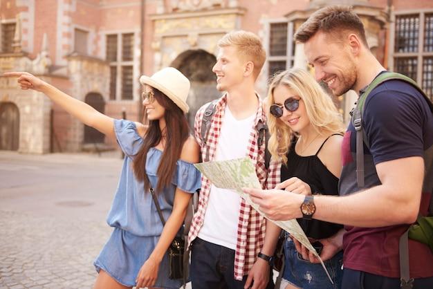 Ein paar touristen, die einige unterhaltungen suchen
