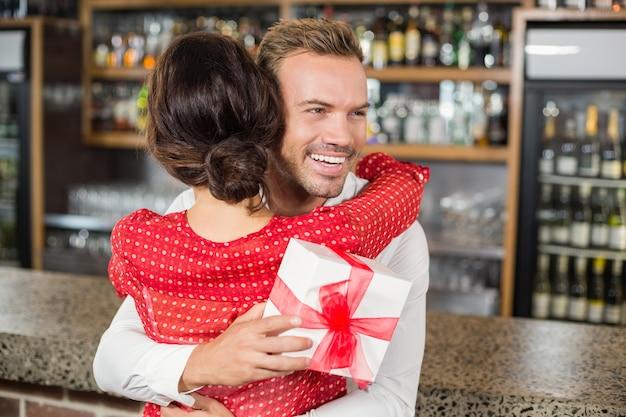 Ein paar umarmt sich in einer bar