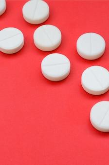Ein paar weiße tabletten