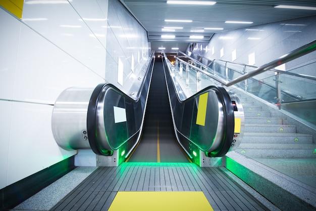 Ein panoramawinkel der rolltreppe / rolltreppe