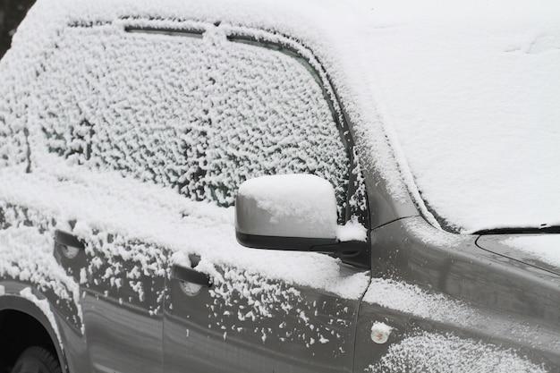 Ein parkendes auto mit schnee