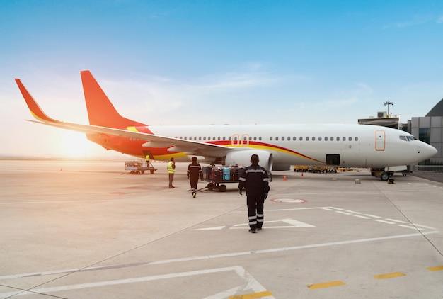 Ein passagierflugzeug, das vor dem nächsten abflug von bodendiensten bedient wird