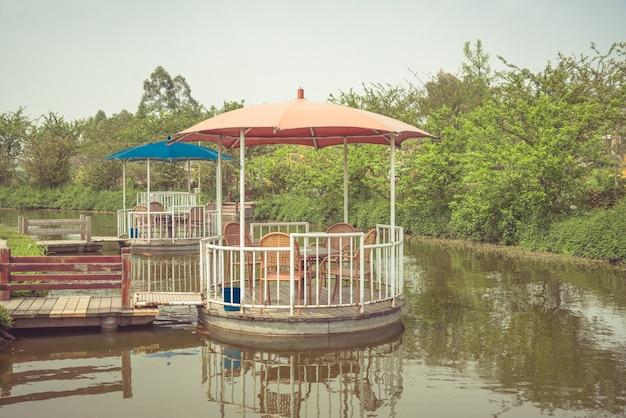 Ein pavillon, der auf der oberfläche eines parks schwimmt