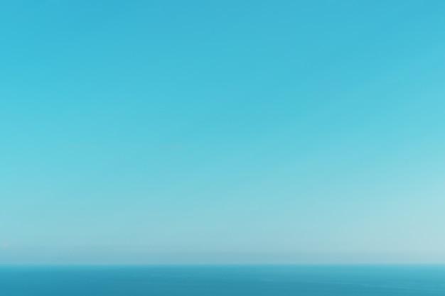 Ein perfekter horizont zwischen blauem himmel und meer. balance in der natur als hintergrund