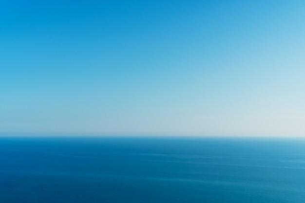 Ein perfekter horizont zwischen blauem himmel und meer.