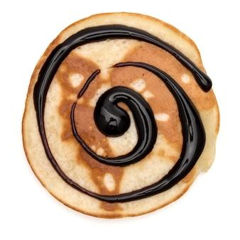 Ein pfannkuchen mit schokoladensirup lokalisiert auf weißem hintergrundausschnitt. draufsicht.