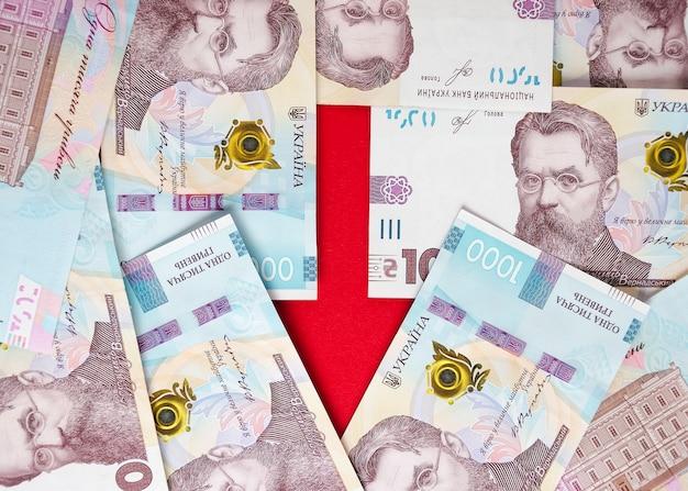 Ein pfeil mit banknoten von ukrainischen griwna und euro 2