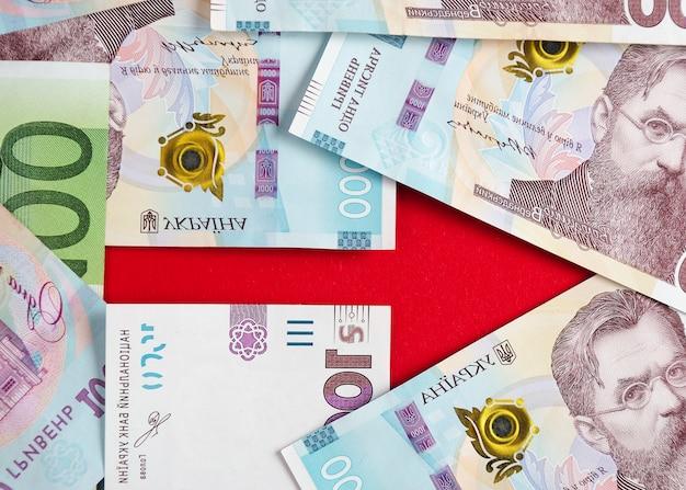 Ein pfeil mit banknoten von ukrainischen griwna und euro 4