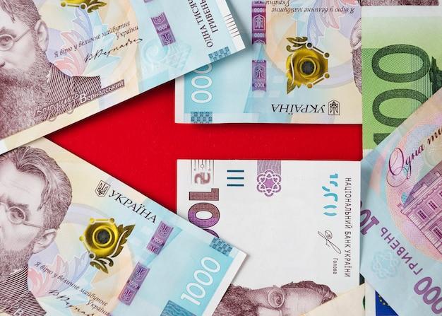 Ein pfeil mit banknoten von ukrainischen griwna und euro 5