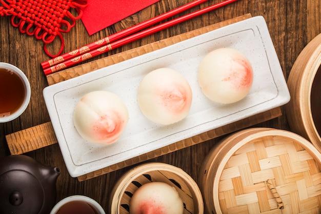 Ein pfirsichförmiges geburtstagsbrötchen, bekannt als longevity peach.chinese specialty pastry<