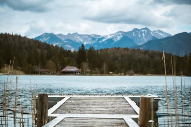 Ein pier führt zum lautersee bei mittenwald in den bayerischen alpen