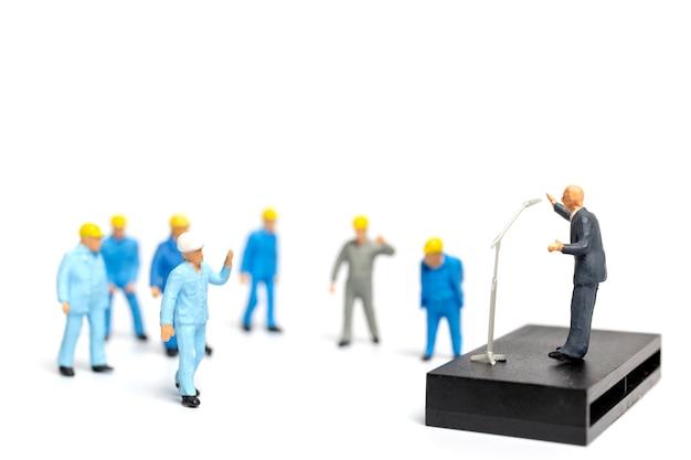 Ein politiker, der während einer wahlkundgebung mit dem volk spricht