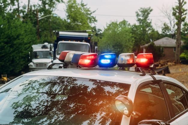 Ein polizeiauto der notfall mit lichtern schaltete sicherheitswarnzeichenstraßenreparatur ein