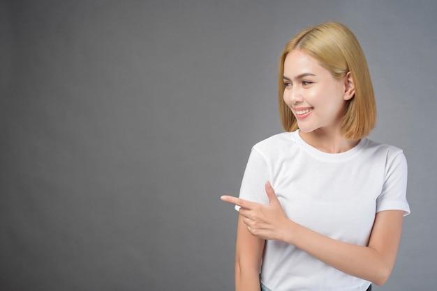 Ein porträt der frau der kurzen blonden haare im studio