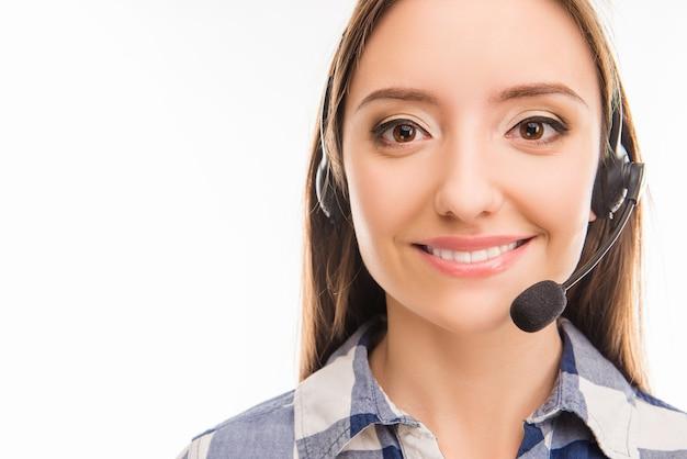 Ein porträt der hübschen jungen arbeiterin im callcenter