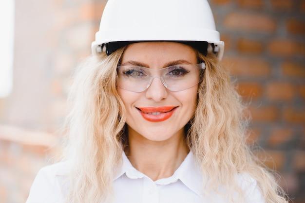Ein porträt der ingenieurfrau, die konstruktion betrachtet