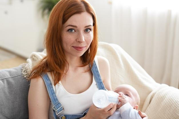 Ein porträt der schönen mutter mit ihrem baby