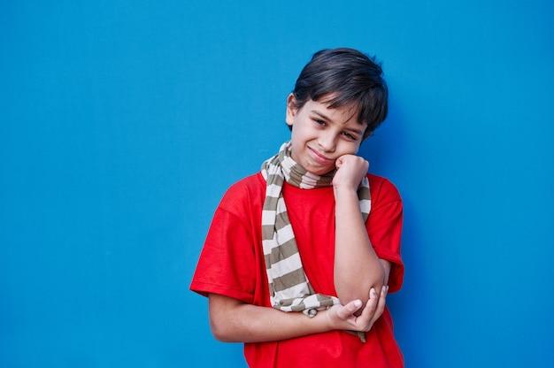 Ein porträt des gelangweilten jungen im roten t-shirt und im schal
