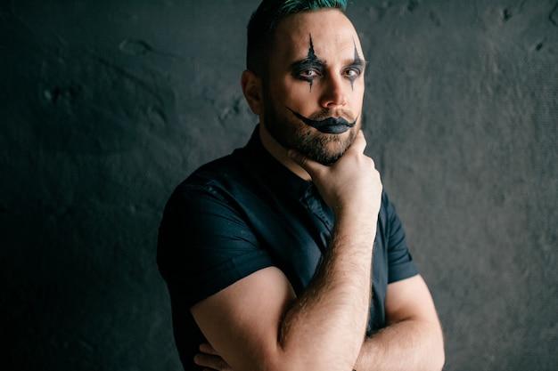 Ein porträt des gotischen schwarzen clowns