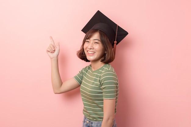 Ein porträt des jungen asiatischen studenten, der abschlusskappe trägt.