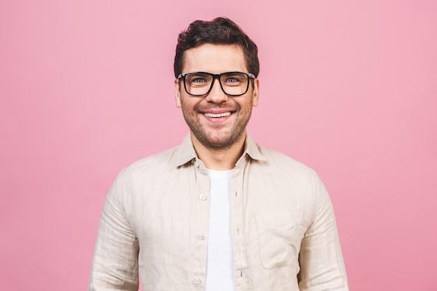 Ein porträt des jungen lächelnden gutaussehenden geschäftsmannes im freizeithemd lokalisiert.