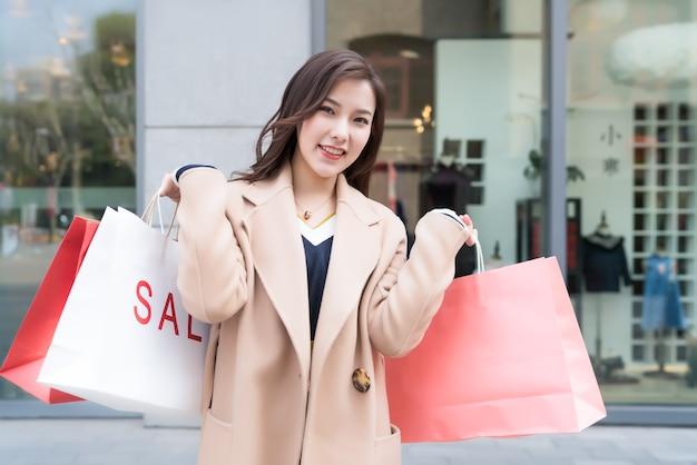 Ein porträt einer karrierefrau, die eine einkaufstasche hält