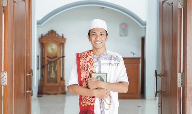 Ein porträt eines asiatischen muslimischen mannes stilvoll an der moschee, nach sholat