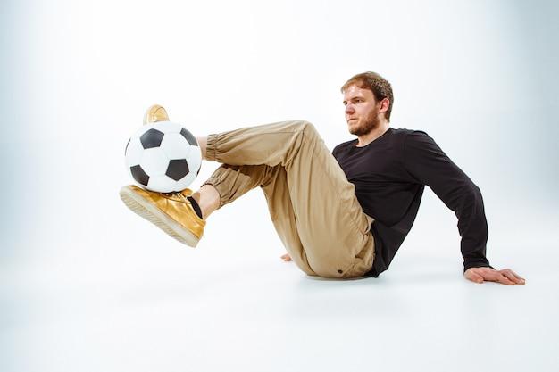 Ein porträt eines fans mit ball freestyle