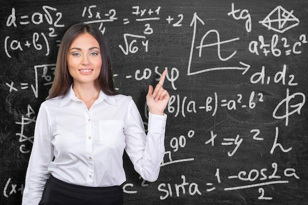 Ein porträt eines mischrassestudenten in einem klassenzimmer