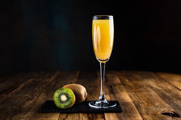 Ein prickelnder cocktail mit kiwi in einem flötenglas