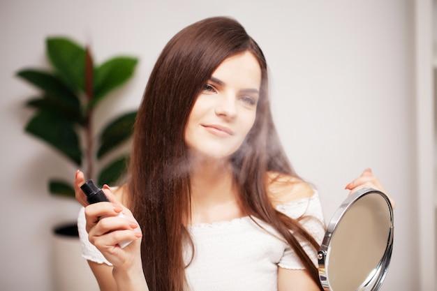 Ein professioneller visagist macht ein abendliches make-up für eine junge frau.