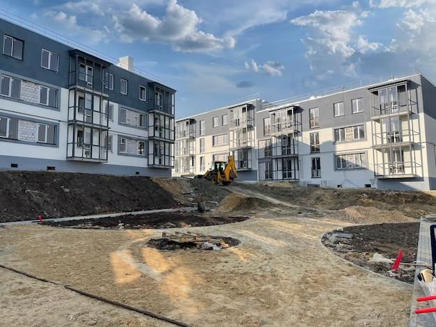 Ein prozess des bauens einer immobilienwohnung, einer industriebaustelle