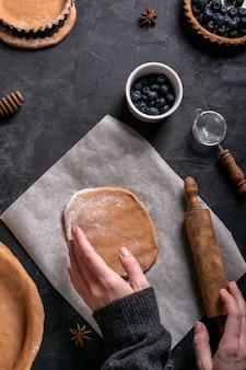 Ein prozess des kochens einer torte mit beeren
