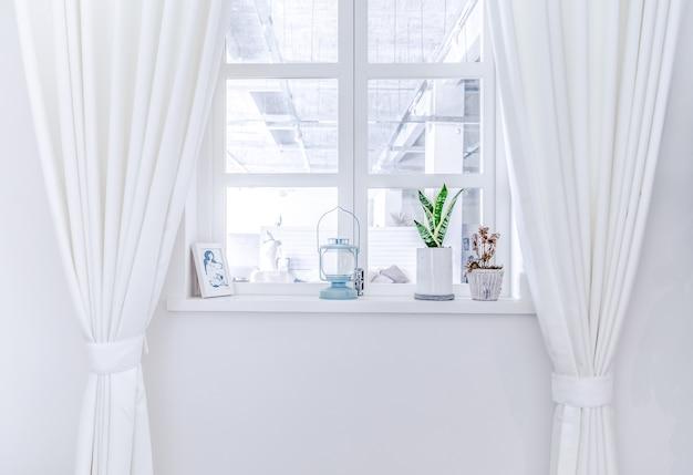 Ein raum mit weißen vorhängen