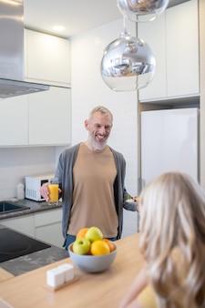 Ein reifer mann und seine tochter unterhalten sich in der küche