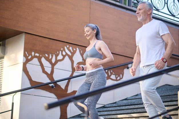Ein reifes paar, das morgens zusammen joggt und zufrieden aussieht