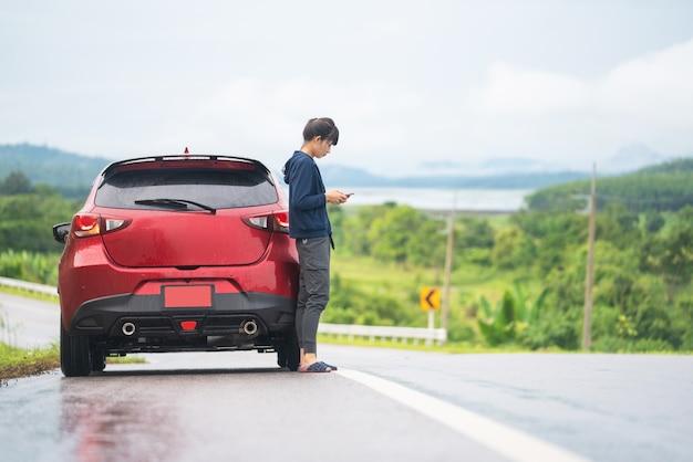 Ein reisemädchen und -auto auf der straße