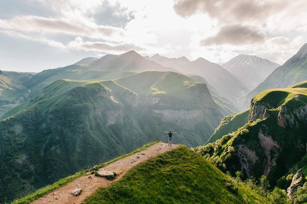 Ein reisender am rande einer klippe mit einer spektakulären aussicht.