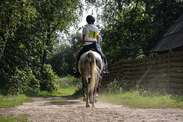 Ein reiter auf einem pferd nimmt an wettbewerben teil