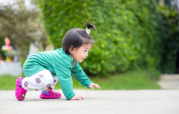 Ein reizendes kleines baby krabbelt in diesem porträt. bewegung ist gut für ihre gesundheit, wenn sie eine glückliche familie haben.