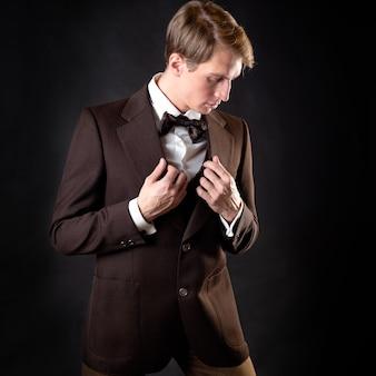 Ein respektabler junger mann im anzug mit weste im viktorianischen stil