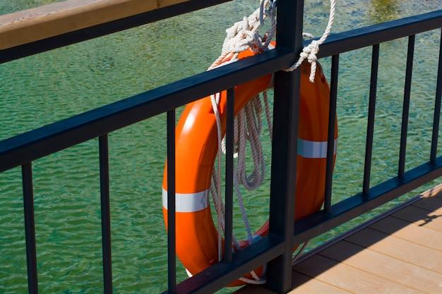 Ein rettungsring ist an einer yacht befestigt