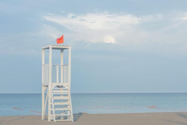 Ein rettungsschwimmerturm am strand ohne menschen. meereslandschaft