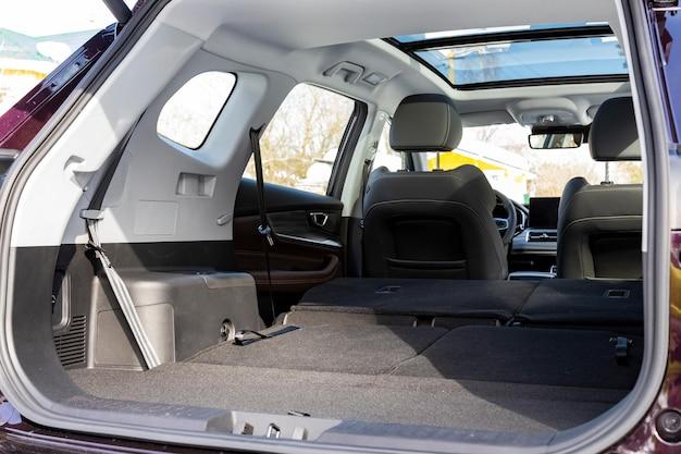 Ein riesiger autoinnenraum mit umgeklappten rücksitzen großer kofferraum eines familienautos
