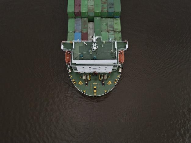 Ein riesiges exportcontainerschiff schoss aus einem hohen winkel