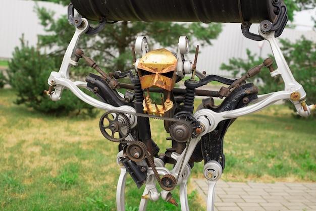 Ein roboter aus ersatzteilen für ein auto