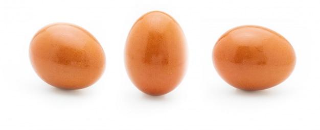 Ein rohes und frisches ei. vorder- und seitenansicht. isoliert.