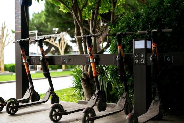 Ein rollerverleih in der stadtstraße, alternatives transportfahrzeug