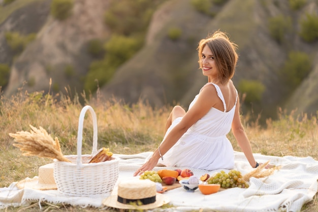 Ein romantisches date mit einer frau. ein abendliches picknick an einem malerischen, unbewohnten ort.